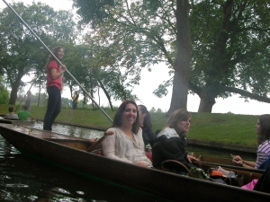 During our day trip to Oxford, where students studied the privileged and changing lives of Oxford students following the Great War in Brideshead Revisited, we toured Oxford's wealthiest college, Christ Church, and tried out the summer delight of punting.