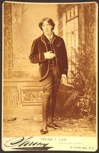 Wilde in knee breeches, velvet jacket, silk stockings, 1882